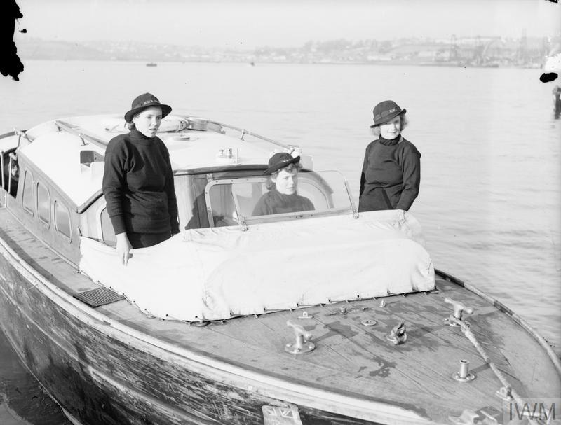 WRENS TRAINING AS BOATS' CREWS FOR HARBOUR DUTIES. 18 DECEMBER 1941, PLYMOUTH.