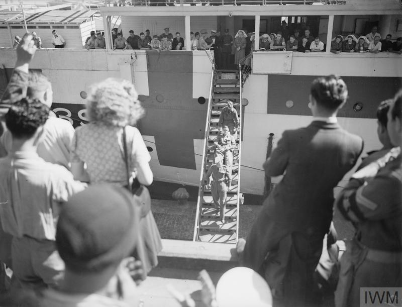 ARRIVAL OF BRITISH PRISONERS OF WAR EXCHANGED WITH ITALIANS, VIA SMYRNA. 10 APRIL 1942, ALEXANDRIA.