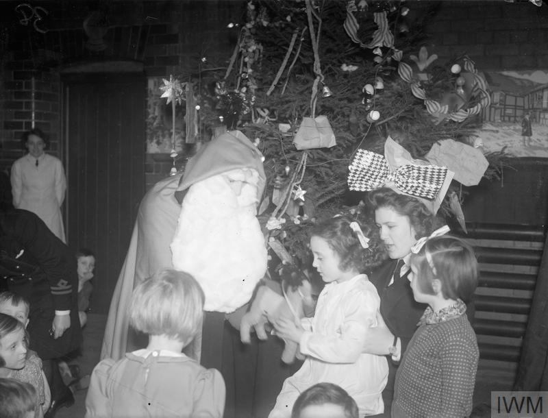 WRENS' CHRISTMAS PARTY FOR SAILORS' CHILDREN. 16 DECEMBER 1944, LIVERPOOL. A CHRISTMAS PARTY GIVEN BY WRENS FOR 50 CHILDREN OF MEN SERVING IN BRITISH SHIPS. A LARGE CHRISTMAS TREE WAS DECORATED WITH TOYS MADE BY THE WRENS IN THEIR OFF-DUTY MOMENTS.