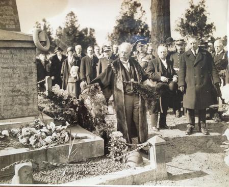 Bethune March 1925 - JPB lays the wreath here