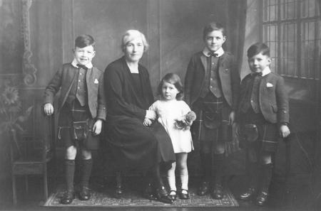 Jean Watt (Brown) Imlah & children, Buckie