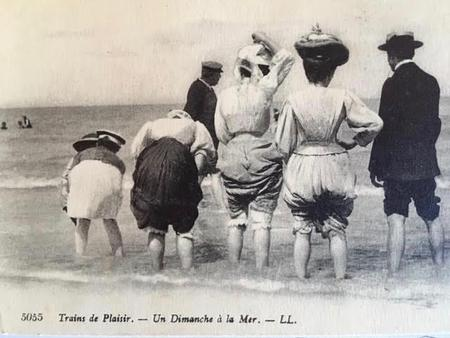 French postcard - 'One Sunday at the Seaside'
